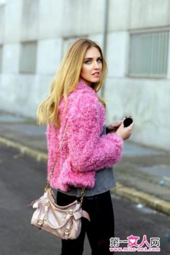 粉红色短款皮草大衣+灰色打底衫+黑色紧身裤